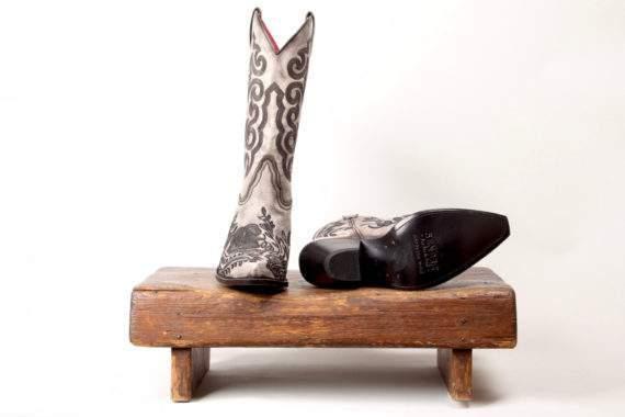 Grå højskaftet læderstøvle med ornamenter