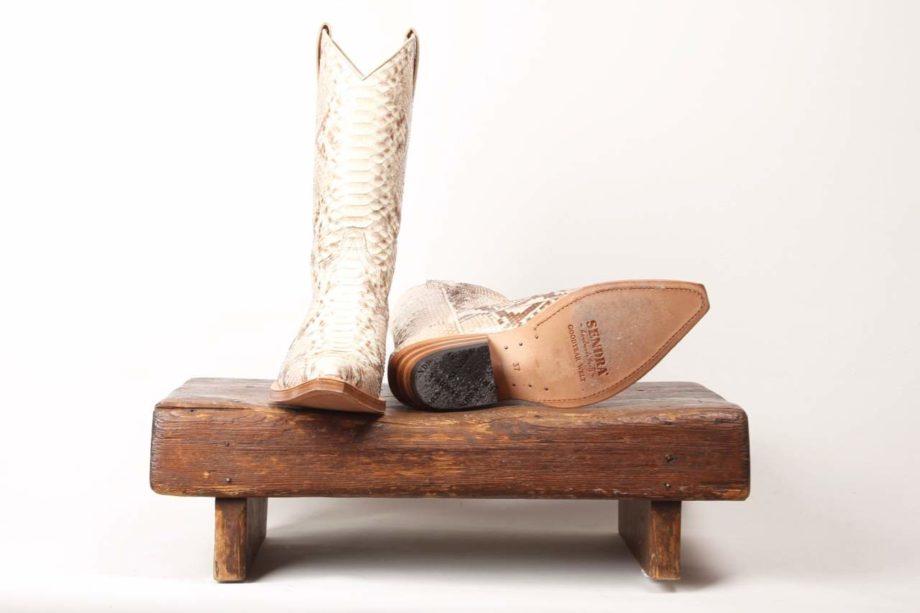 Hvid slangeskindsstøvle fra Sendra